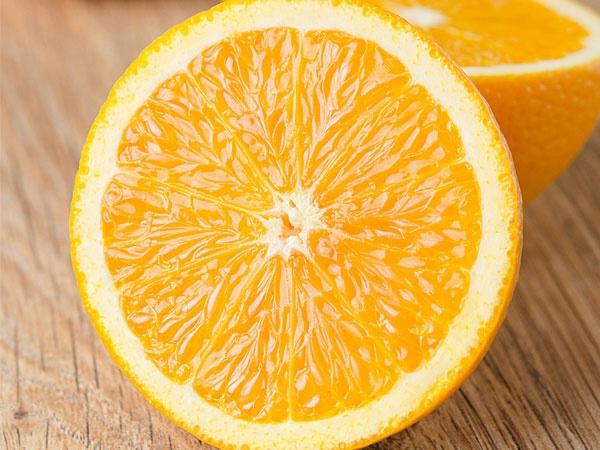 Hướng dẫn làm nước xịt dưỡng tóc tại nhà từ cam, chanh